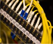 ケーブル配線マネジメントによって、データセンターのネットワークラックの運用性は変わる