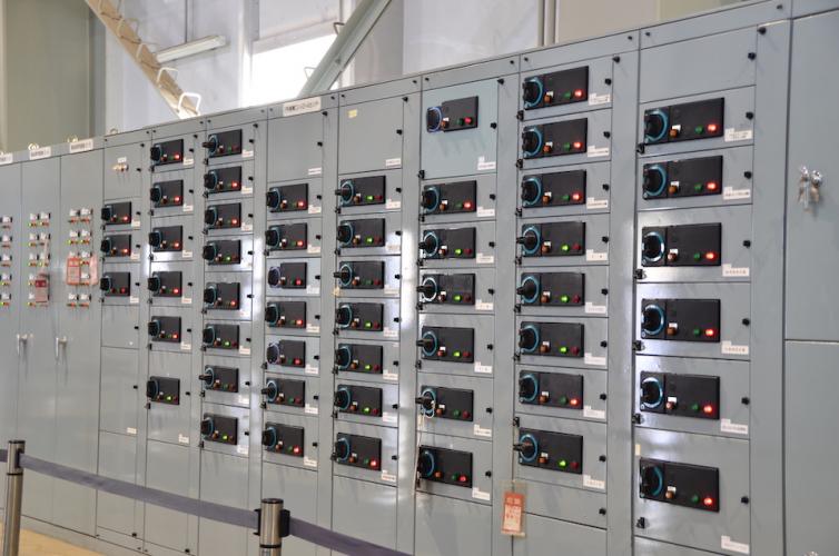 工場内配電盤におけるメインブレーカーの電流容量と分岐数の選定