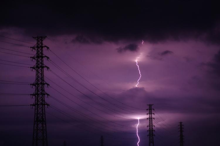 サージ電流・サージ電圧が回路におよぼす影響―サージキラーの役割と種類